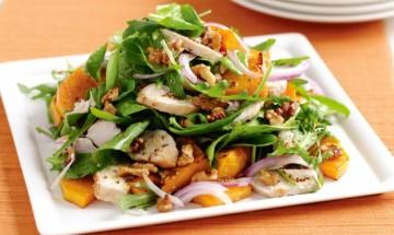salade de poulet grille avec pousses depinard et de pomme de terre douce