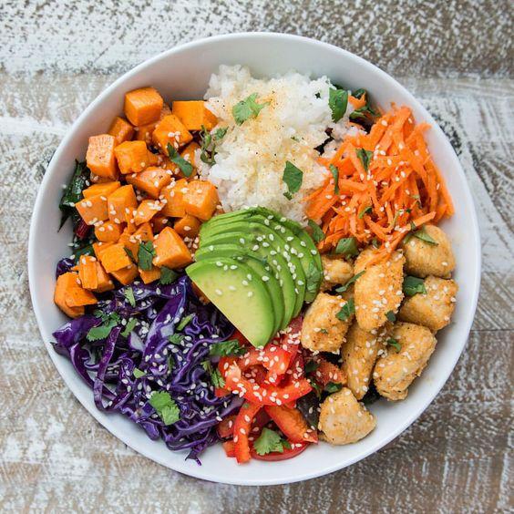 Farandole de fruits et de légumes dans un Buddha bowl ...