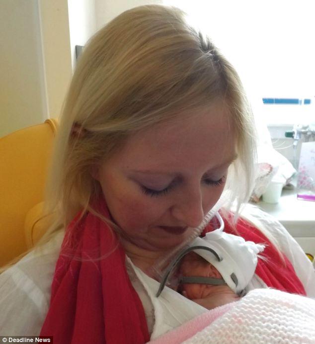 Le jour de la fête des mères, elle tient enfin bébé dans ses bras