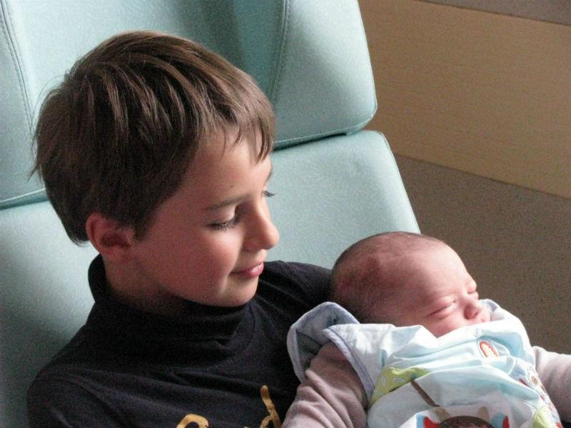 """Amaël et louis - Amaël a rencontré son petit frère Louis à la maternité, quelques heures après sa naissance par césarienne, c'était le 20 avril 2014. Il l'a porté en étant assis, et il nous a dit que son petit frère """"lui ressemblait, qu'il tenait de lui"""" :-) et qu'il le voulait depuis ses 4 ans (il a actuellement 9 ans). Tout de même il m'a dit plus tard qu'il aurait bien aimé que je lui fasse un petit frère plus grand, parce que là il va devoir attendre pour jouer plus avec lui ! - Marylène"""