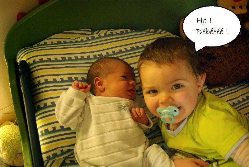"""Elyott et Yann Elyott me touchait très souvent le ventre quand j'étais enceinte en disant """"Bébééééé"""" parce qu'il ne sait pas encore parler et c'était sa façon à lui de me dire maman attend un bébé. Et quand nous avons ramené Yann de la maternité, Elyott sortait de sa sieste. Il a insisté pour que je le mette à coté de lui, ses yeux révélaient la fierté qu'il avait d'avoir enfin son petit frère auprès de lui. Marlyse"""