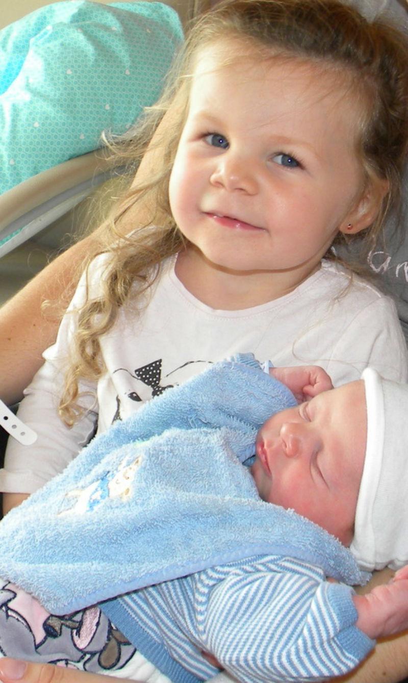Louna et Eden Lounadécouvre son petit frère Edenquelques heures après sa naissance. Elle regarde son frère et me dit : il est tout petit ! Il faut que tu lui donnes à manger maman si tu veux qu'il grandisse ! Louna va fêter ses 4 ans demain ! et Eden ses 1 ans le 29 septembre :) - Charlène, la maman