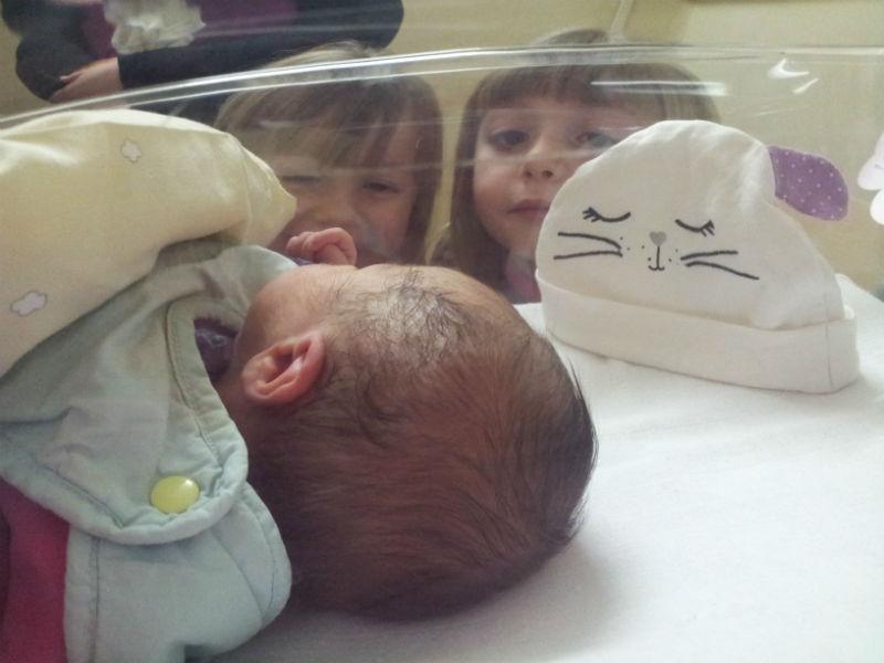 Manon, Emma et Lilou Première rencontre entre Manon 6 ans , Emma 4 ans et Lilou juste quelques heures... 6 ans et 1 jour sépare la plus grande et la plus petite !!! La première fois qu'elle l'ont vue elles étaient muettes (pour une fois lol) ... Sauf.. Emma .. Lilou a un jour t'as vu Manon .. ben non là elle a 0 jour ..demain elle aura un jour.. Troooop chou !