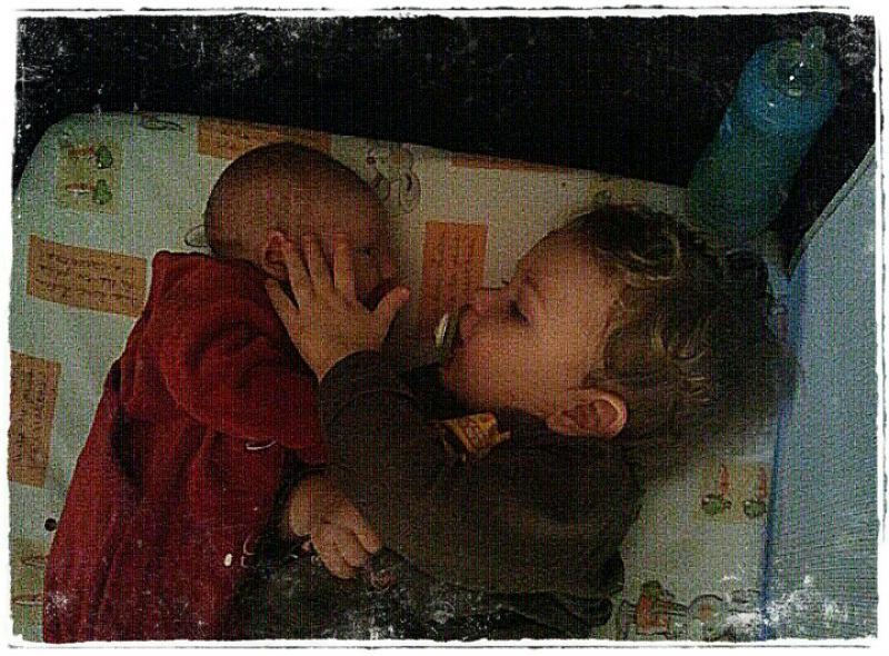 Nathan et Léo Quand j'ai accouché de mon 2 ème garçon le 11 janvier 2011 mon premier fils avait 18 mois . Il était hospitalisé pour une arthrite il a du être opéré le 9 janvier 2011 puis plâtré de la jambe droite à en-dessous des bras... il est rentré le même jour que moi à la maison avec son frère... Il a tout de suite été câlin et plein d'attentions... J'ai maintenant hâte que notre 3ème bonheur arrive d'ici mars et eux aussi ont hâte d'être grands frères ils auront 5 ans et 4 ans.. Candice