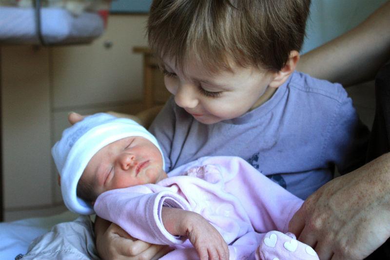 Raphaël et Léa Raphaël, 3 ans et sa petite sœur Léa qu'il a regardé sous toutes les coutures. Avant de lever son bonnet il pensait qu'elle n'avait pas de cheveux mais ouf elle en a ! Une grande histoire d'amour (et de chamailleries) qui commence :) Margaux, la mama