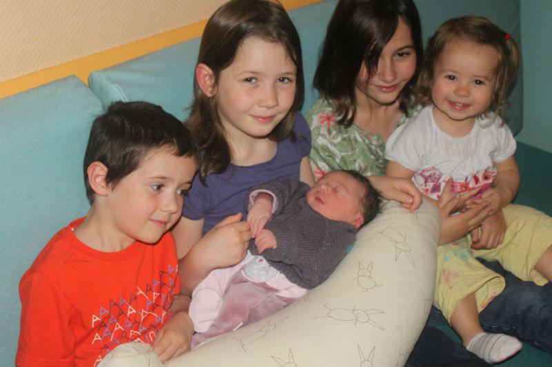 """Titouann, Hanaé, Lou-Ann, Nina et Maéna Voici une photo suite à la naissance de notre 5ème enfant, le 6 septembre dernier, prise le lendemain de la naissance à la maternité. De gauche à droite: Titouann (bientôt 6 ans en décembre), Hanaé (8 ans en janvier), Lou-Ann (a eu 10 ans le 5 septembre, veille de la naissance de la dernière ! ) et Nina (18 mois); et la petite dernière, donc, Maéna. Titouann, le seul gars, était avant la naissance désespéré d'apprendre que ce serait encore une fille... Sa rencontre avec sa petite sœur a finalement été positive : """"C'est une petite sœur, mais elle est mignonne quand même, comme Nina, alors c'est pas grave"""" / """"Je suis 2 fois petit frère et 2 fois grand frère ! """" Nina, l'avant - dernière, montre les ventres (de sa mère, mais aussi de son père, et même le sien) et pose la question """"Bébé? """" Les 2 grandes, elles, sont fières et sereines. Stéphanie et Laurent"""