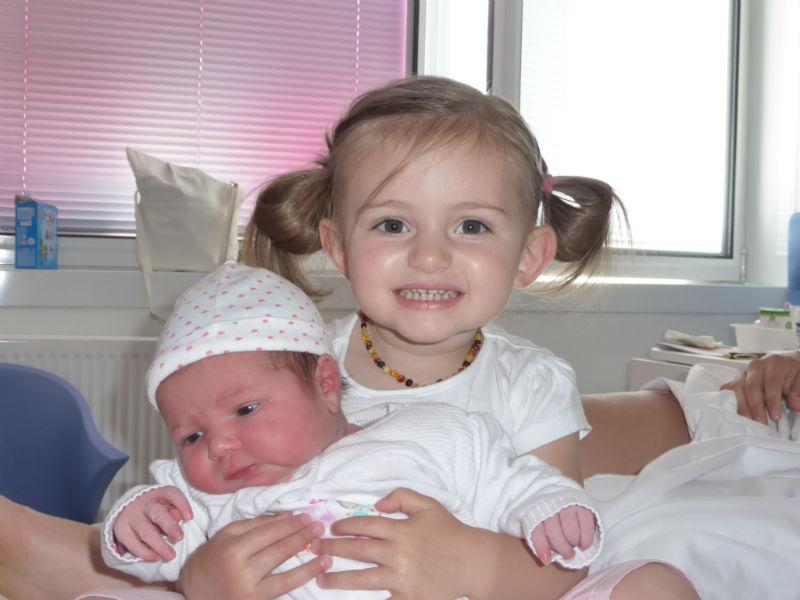 "Clara et Elsa Clara, la grande sœur, lors de sa 1ère rencontre avec Elsa : ""Elle est tout mignon ma tite soeur!!"" Trop mignon!! Anne-Laure, la maman"