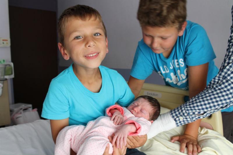 Anselme, Oscar et Carla Donc le petit qui tient sa sœur dans les bras, c'est Anselme et son frère à côté c'est Oscar. Quand ils l'ont entendu pleurer la 1 ère fois, ils étaient en colère car ils croyaient qu'elle allait les empêcher de dormir. Depuis, rien n'a changé, les enfants ont toujours le sommeil aussi lourd, et sont même étonnés lorsqu'on leur dit que dans la nuit, nous nous sommes levés pour lui donner un biberon. Le matin, c'est eux qui vont la réveiller avec pleins de bisous !!! Claudia, la maman