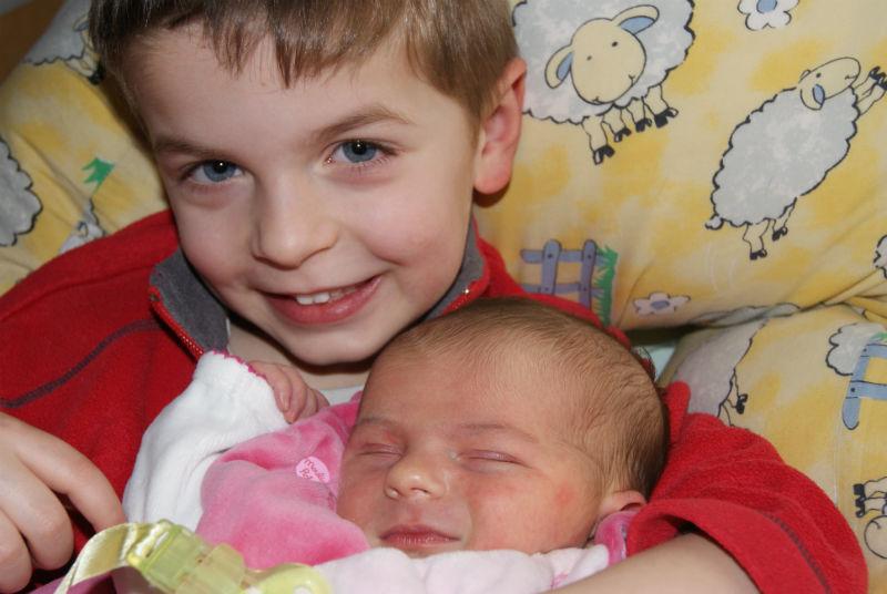 """Léo et Candice Il faut dire que Léo appréhendait l'arrivée de sa petite sœur, il n'en voulait pas ; Et pourtant quelle ne fut pas cette révélation quand sa """"petite nenette"""" a vu le jour, il voulait qu'on lui mette dans les bras tout le temps. Aujourd'hui Candice a presque 8 mois et ils ont une relation fusionnelle, Léo du haut de ses 5 ans se comporte avec elle comme une vrai mère poule et est un grand frère très protecteur. Bris, le papa"""