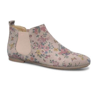 """Les boots, chaussures phare de l'hiver ! Celles-ci sont gris-rose à fleurs. Bohèmes à souhait ! Elles donneront une petite touche de couleur à la tenue. Boots fleuries """"Chelsea"""" d'Eram, 79 euros"""