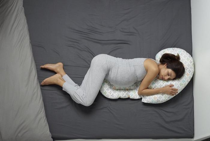 Enfin, pour être bien installée sur votre canapé, on vous conseille ce coussin de maternité. Tout au long de la grossesse, il vous assurera maintien et confort. Dos, jambes, épaules, ventre… vous pouvez combiner comme vous le souhaitez ses différentes pièces pour soulager la partie de votre corps que vous souhaitez. Il a été créé en partenariat avec un kinésithérapeute, et est entièrement lavable. En plus, on aime son joli tissu fleuri ! Coussin de grossesse Chicco Boppy total body Silverleaf, 57.40 sur Amazon.fr.