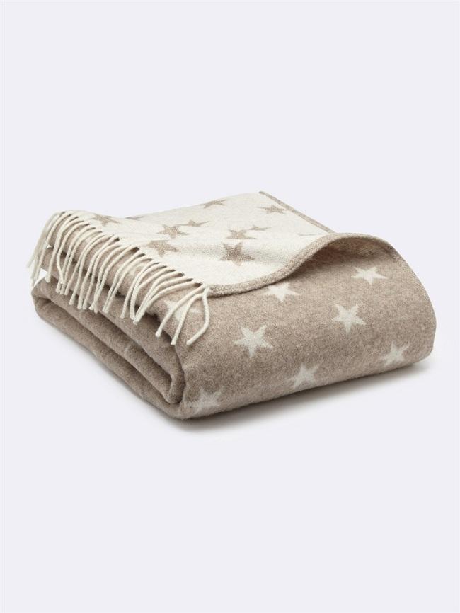 Dans l'esprit cocooning, on a flashé sur ce plaid qui est aussi bien destiné aux parents qu'aux enfants. Fait à 80% de laine, doux, il vous tiendra bien chaud, emmitouflée dedans sur le canapé ! On aime ses franges, ses coloris sobres qui s'accorderont avec toutes les décos, et ses étoiles pour son côté festif. Plaid étoiles chez Cyrillus, 35.94 euros en soldes en coloris beige, 59.90 euros (non soldé) en coloris gris.