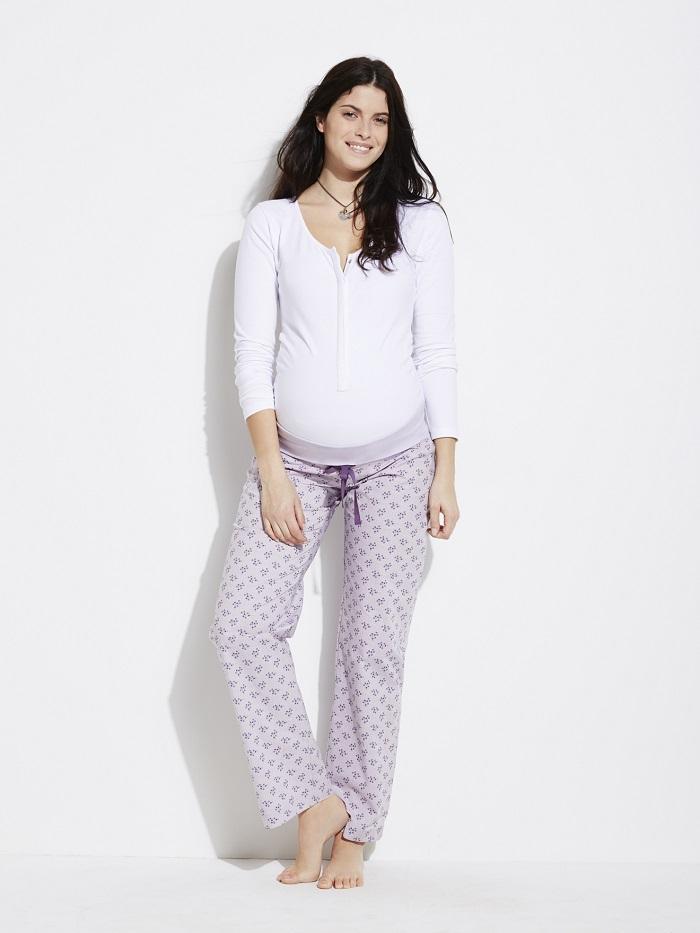 Quand on se met en mode « cocooning » à la maison, parfois, on reste en pyjama ! Eh oui, c'est tentant. Alors dans ce cas, il vous faut un pyjama à la fois joli et agréable à porter. On a jeté notre dévolu sur ce modèle Verbaudet collection « avant après ». Eh oui, car il peut se porter pendant la grossesse et après, car il s'adapte aux formes du corps. Le pantalon comporte une ceinture à plier ou non, si l'on a un bon baby bump ou non, et le haut est pratique si vous allaitez : on peut facilement l'ouvrir grâce à ses boutons pression pour la mise au sein de bébé. Ce pyjama stretch à 95% en coton sera très agréable à porter. Pyjama coton stretch grossesse et allaitement Colline avant après chez Verbaudet, 14.97 euros en soldes. Existe en deux coloris pour le pantalon : rayé fils teints et fils brillants, ou imprimé fleurs.