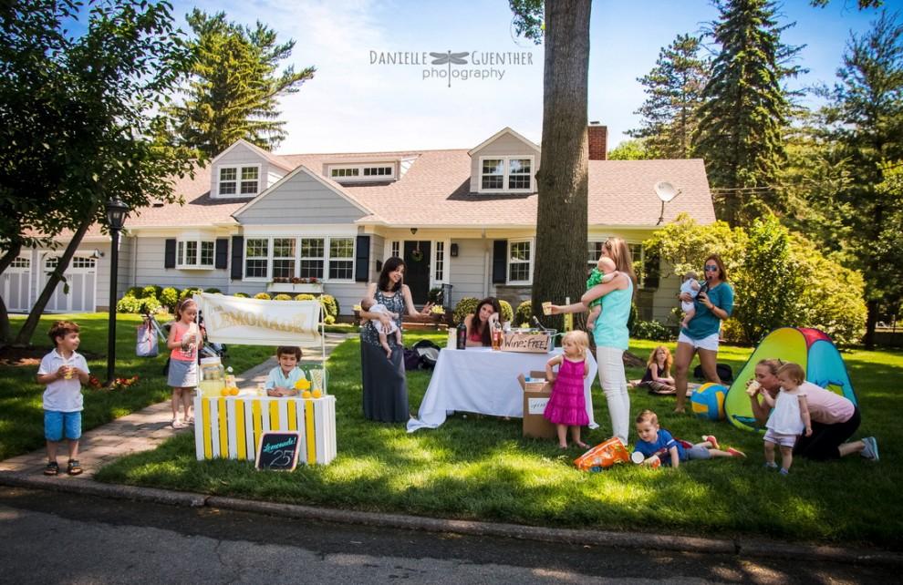 Il fait beau. On organise une petite après midi goûter avec tous les enfants et les voisines. Courage, on peut le faire !