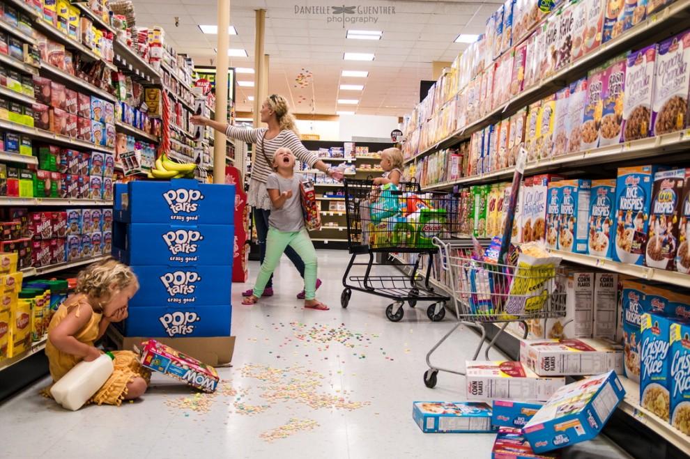 Faire des courses avec trois enfants, ça pourrait ressembler à ça.