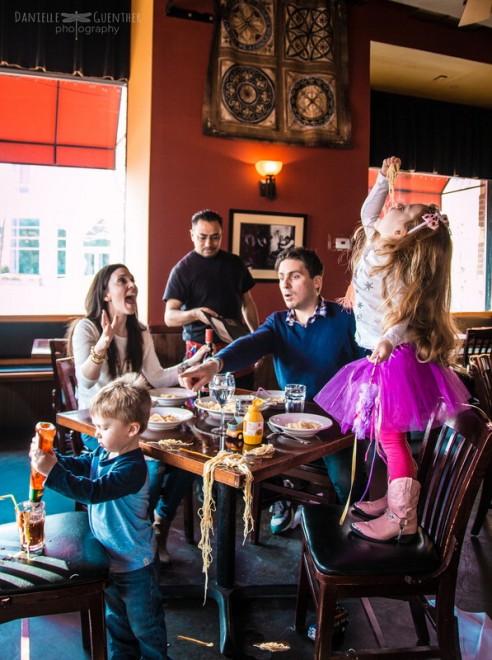 Un déjeuner au restaurant, cela devrait faire plaisir à toute la petite famille ? Oui mais sans compter les trois enfants à dompter. Vite, l'addition !