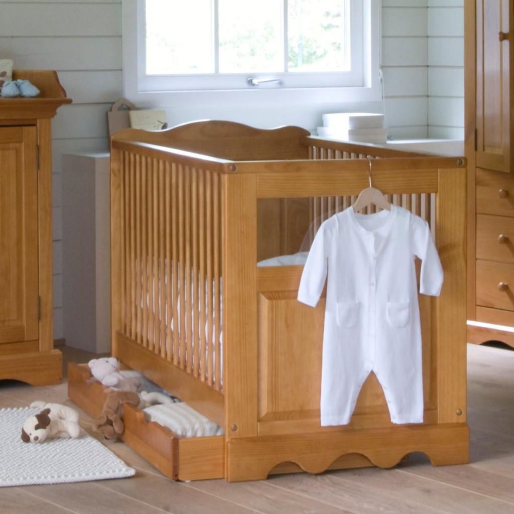Un lit b b une chambre avec un lit deux personnes et un - Comment decorer la chambre de bebe ...