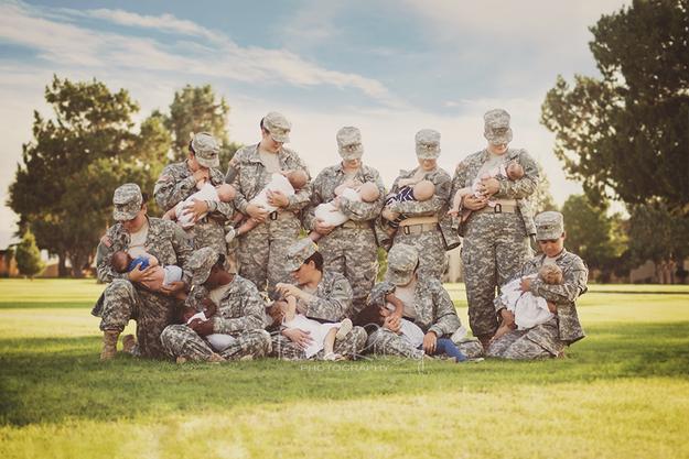 news photo de femmes militaires allaitant