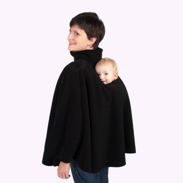 Ce poncho à la coupe sobre et épurée est fait de polaire française. Ce vêtement de créateur possède un col doublé pour le porteur, une ouverture pour le bébé et d'une bavette fixe. Poncho de portage de Cali Calo. 69 euros.