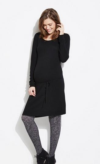 Pas tous les jours facile de s'habiller enceinte... Grâce à cette robe noire basique et toute douce, fini les prises de têtes pour s'habiller ! Un indispensable. Robe de grossesse en tricot, Vert Baudet, 27,96 euros.
