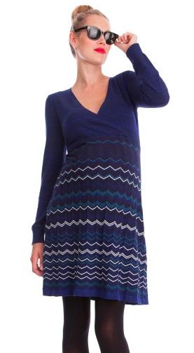On adore l'originalité de cette robe avec ses zigzags bleus amincissant et son col V. Robe de maternité Zigzag, Séraphine, 89 euros.