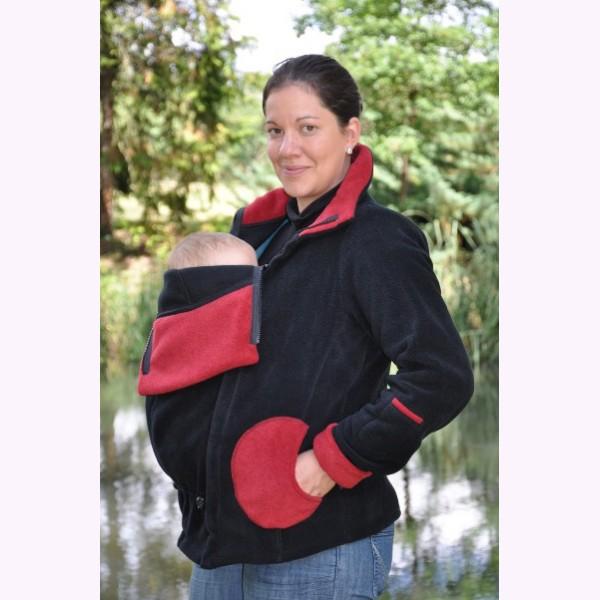 Cette veste de portage de créateur à une coupe féminine et originale. Elle permet tout type de portage grâce à un système d'insert amovible. Fabriquée en polaire française, cette veste peut se porter en hiver comme à la mi-saison. Veste de portage Luna de Cali Calo. 129 euros.