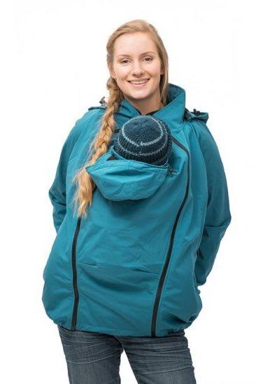 """Adaptée à tous les temps, cette veste de portage est idéal pour protéger bébé du froid. Utile aussi pendant la grossesse, cette veste est très évolutive. Il suffit simplement d'avoir un porte-bébé et le tour est joué ! Doublée avec une polaire, elle possède deux capuches pour bébé et maman, super pratique !  Veste de portage tout temps """"sofshell"""" de Mamalila. 189 euros."""