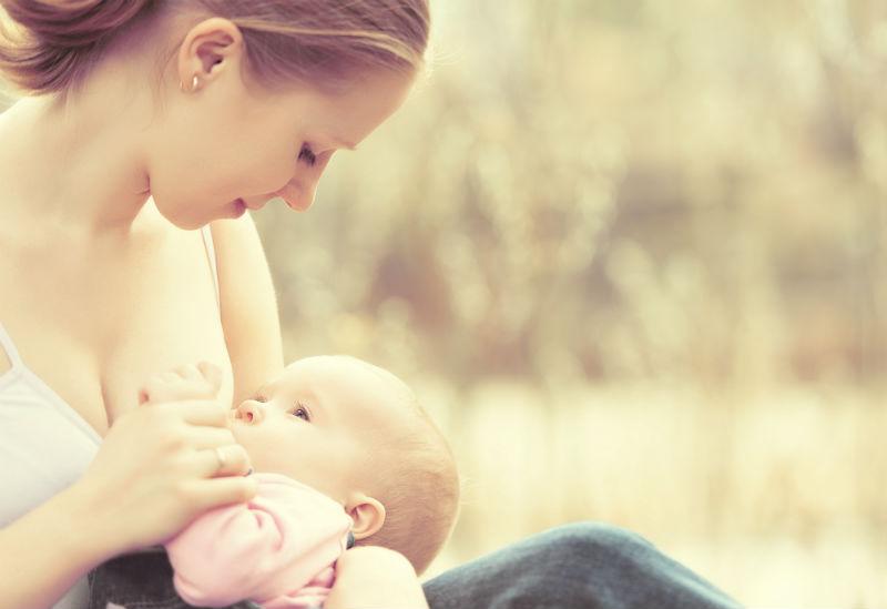 Maman allaite bebe coliques