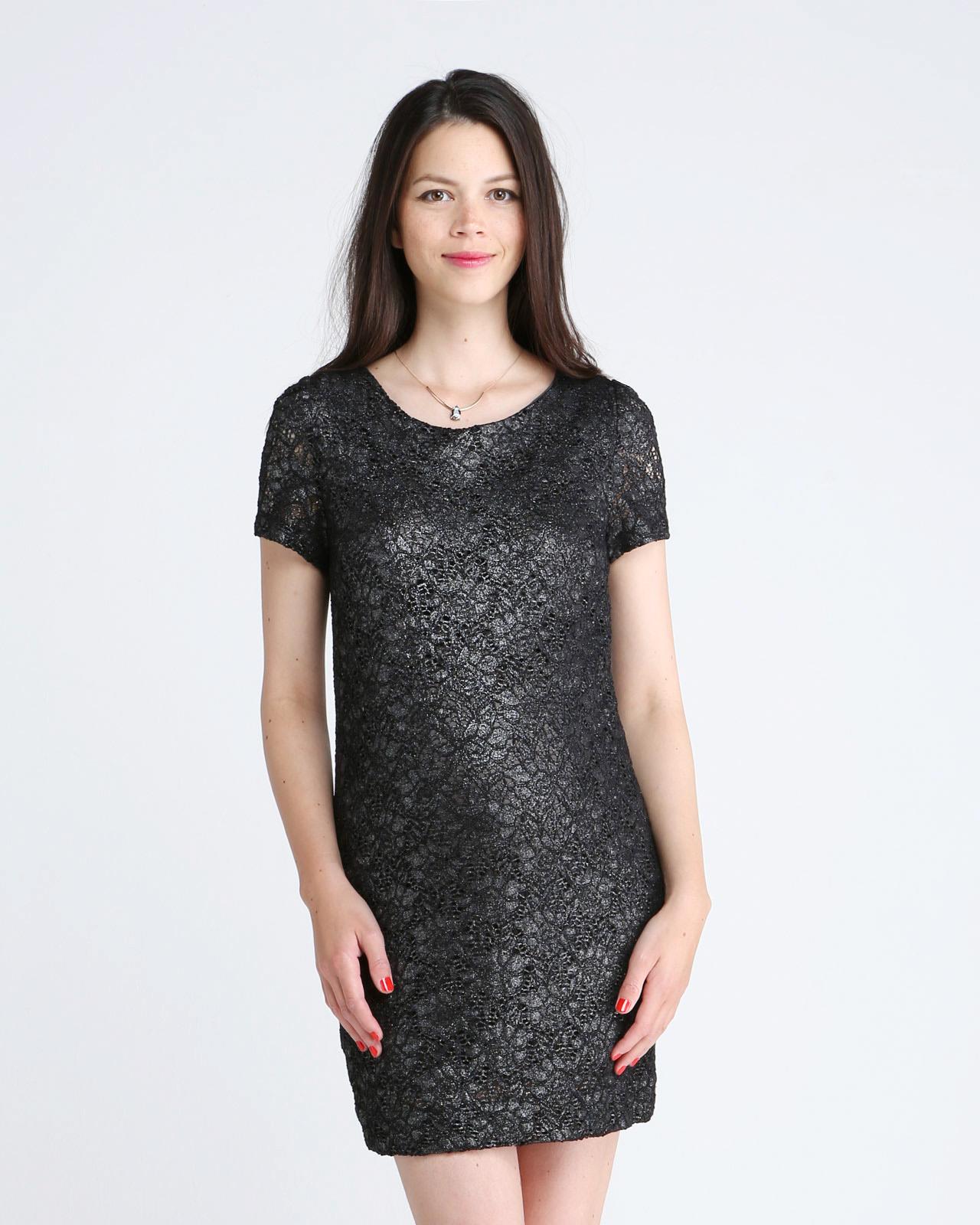 Une coupe droite et confortable pour cette robe courte à manches courtes et à l'aspect irisé. On aime sa poche sur le côté pour un aspect cool si vous la porter avec des baskets, et glamour, si vous optez pour des escarpins. Robe courte de grossesse habillée carbone irisé Billie, Emoi Emoi, 129 euros.