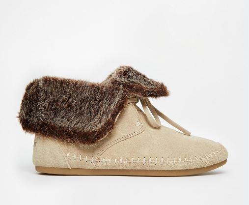 Les bottines Zahara en daim et fausse fourrure TOMS donnent envie rien qu'en les regardant ! Avec sa fourrure qui ressort et sa matière en daim, on sait d'ores et déjà qu'on sera très à l'aise dedans. Et on a presque hâte d'être en hiver pour pouvoir les porter ! Vues chez Asos, 95,99 euros.