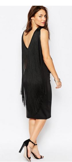 On craque pour cette robe midi originale car décolletée dans le dos et moulante devant. Ses longues franges nous donneront beaucoup de style ! A porter avec des talons hauts et une jolie pochette pour un super look. Robe moulante avec franges au dos, Asos, 38,99 euros.