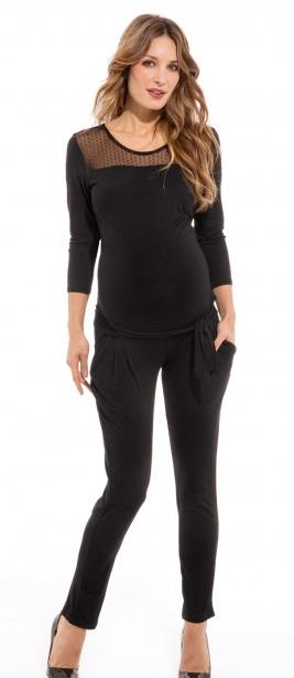 Une combinaison simple mais chic à la fois qui vous suit à tous les stades de votre grossesse. Elle possède une ceinture qui mettra en valeur votre baby bump.  Combinaison grossesse, Envie de Fraise, 39,99 euros.