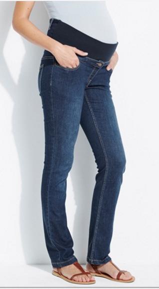 Un jean malin avec ses deux bandeaux qui s'adaptent à tous les mois de votre grossesse. La ceintures s'ajuste à vos formes et sa couleur bleue légèrement délavée se marie avec tous vos hauts. Jean droit évolutif entrejambe 78 cm grossesse, Vertbaudet, 49,95 euros.