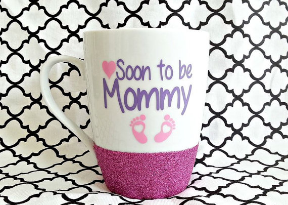 Un mug fait maison et très féminin pour vos nombreuses infusions qui vous réchaufferont durant votre grossesse. De nombreuses couleurs sont disponibles. Mug future maman, Etsy, 14,01 euros.