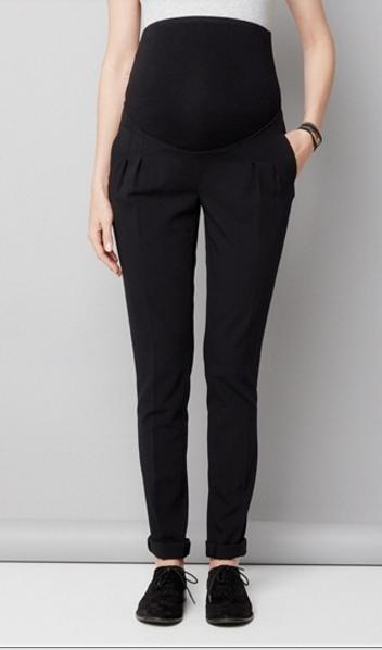 Le détail mode de ce pantalon noir? La coupe carrot très tendance et facile à porter en ville et qui plus est confortable grâce au bandeau présent à la taille.  Pantalon grossesse noir entrejambe 78 cm, Vertbaudet, 34,95 euros.