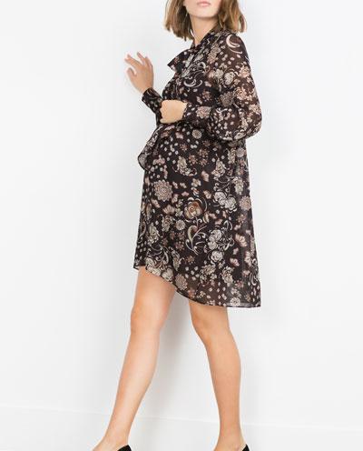 Un peu de couleur et de fluidité dans votre dressing de future maman. On ne fait pas l'impasse sur les imprimés et cette robe féminine et tendance vous permettra de vous sentir légère! On adore aussi son encolure chic et ses lacets aux poignets. Robe imprimée, Zara, 59,95 euros.