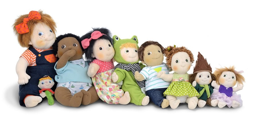 Dès la naissance. En version hochet ou en version poupon, ces poupées en tissu cousues main, légères et souples, font le buzz dans les boutiques de jouets avec leur look incroyable et les accessoires associés, du couffin à la paire de lunettes en passant par le biberon et le vestiaire. Comme naguère les poupées en porcelaine, ces poupées en tissu, de différentes tailles pour coller au développement de l'enfant, sont vouées à passer à la postérité : on les adopterait nousmêmes en objets de déco, non ? Poupées Ruben Barns, de 19€ à 70€ selon le modèle.