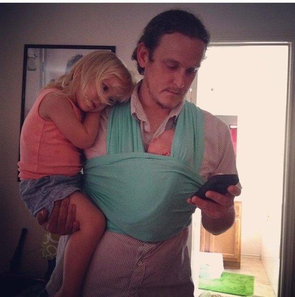 papa-porte-bebe-fille-telephone