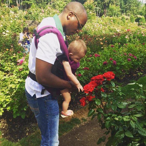 papa-porte-bebe-roses