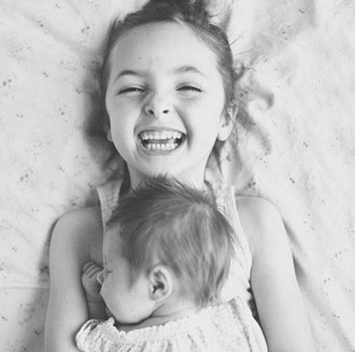 grande soeur est heureuse