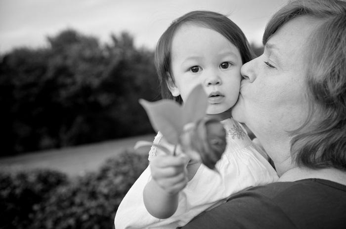 photo de famille entre mamie et bebe