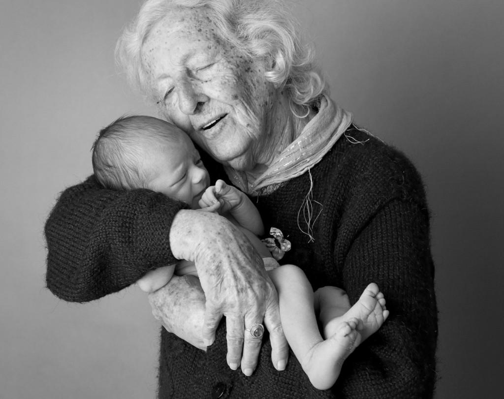 photo de famille entre mamie et ses petits enfants (6)