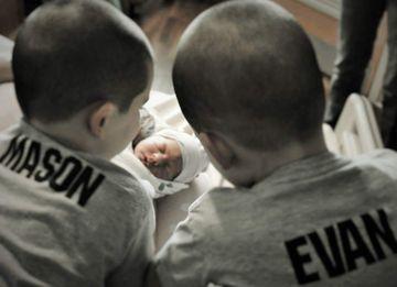 rencontre-freres-soeurs-bebe-premiere-fois-mila