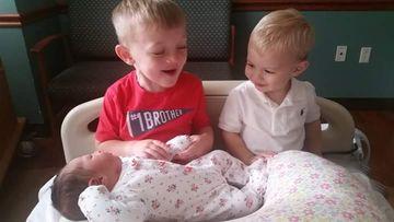 rencontre-freres-soeurs-bebe-premiere-fois-ryan-joey-et-libby