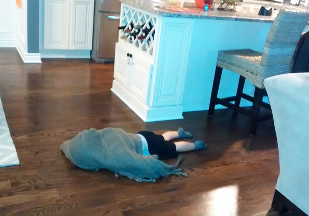 bebe cache sol sous couverture