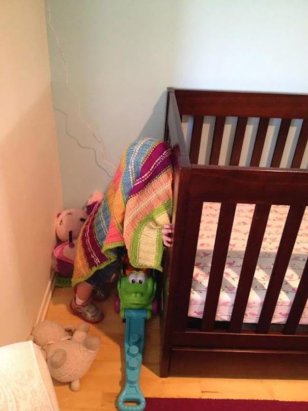 bebe cache sous couverture chambre enfant