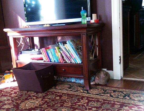bebe cache sous meuble maison