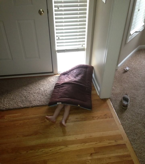 bebe cache sous paillasson maison
