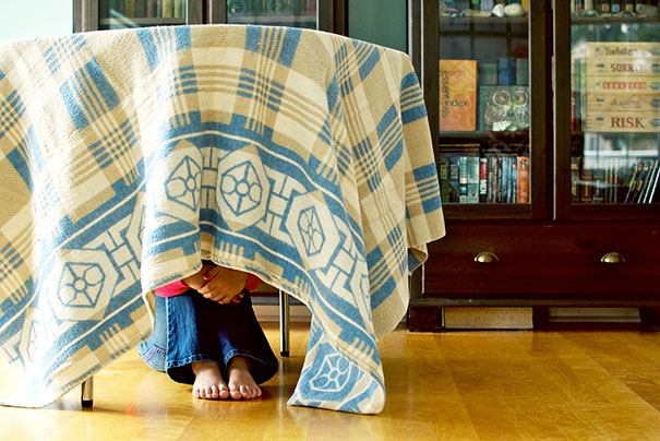 bebe cache sous table nappe