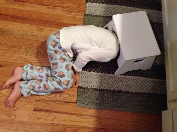 bebe cache sous tabouret